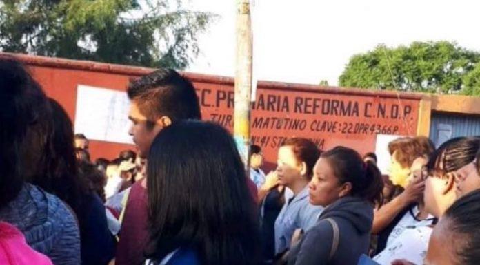 PADRES DE FAMILIA IMPIDEN INICIO DE CLASES EN QRO